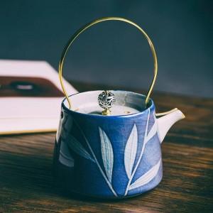 200ミリリットルヴィンテージ手描きの青と白の磁器アートティーポットセラミックフィルターカンフー茶やかんクリエイティブゴールドハンドル