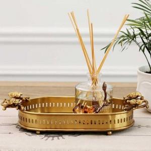 5つ星ホテルやレストランの装飾のための花のハンドルと足のInsFashion超高級手作りの真鍮トレイ