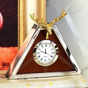 現代の高級時計ヨーロッパのリビングルームメタルトライアングルクリエイティブテーブルクロックシェル鹿クロック振り子テーブル新製品