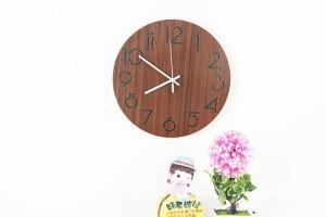 現代のミニマリストのファッションラウンド木材穀物の壁時計リビングルームの寝室研究ミュート壁時計木材壁時計壁の装飾
